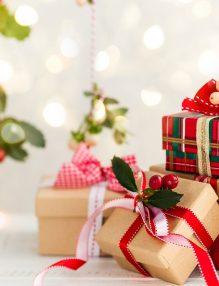 cadoul potrivit. daruri de craciun, cadouri frumos ambalate, daruri