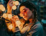 Rezolutii 2021, femeie cu ochelari, beculete, anul nou, 2021
