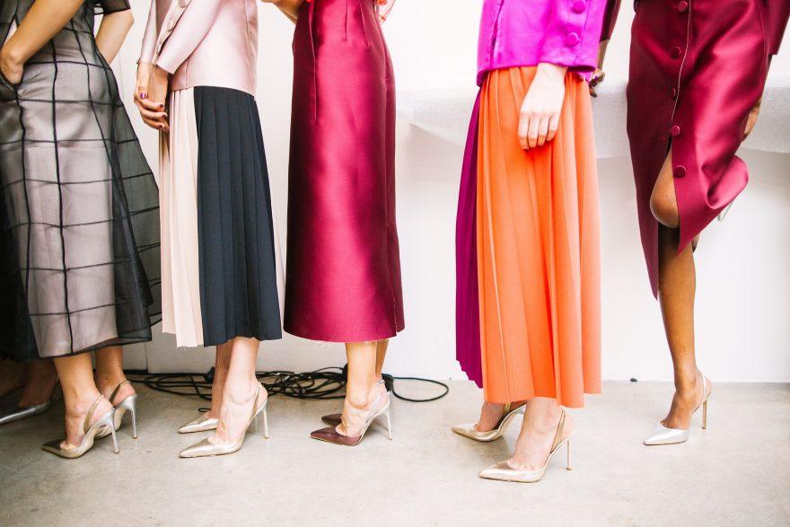 culori calde, pantofi cu toc, haine colorate