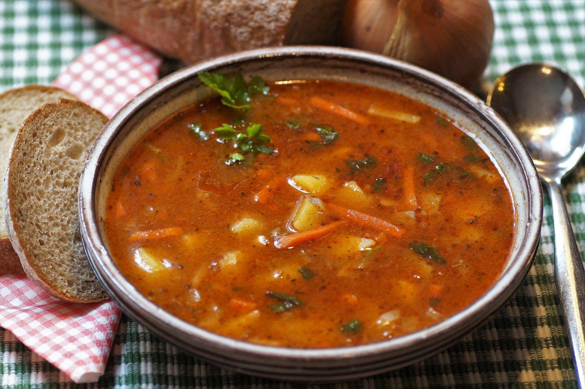 Supe si ciorbe celebre. Rețete și povești